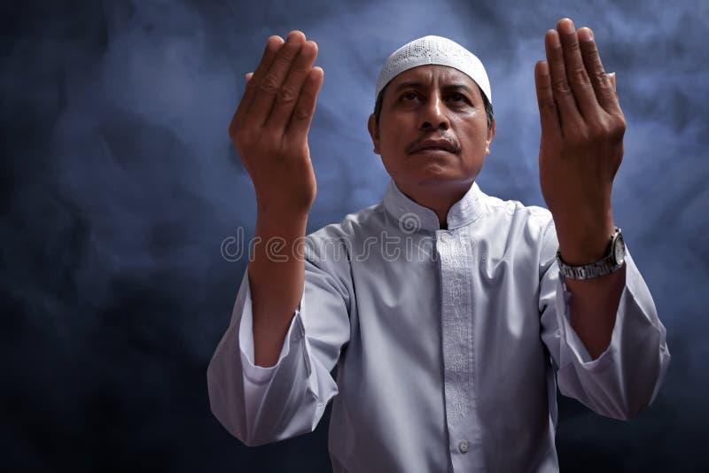 Het oude moslimmens bidden royalty-vrije stock foto