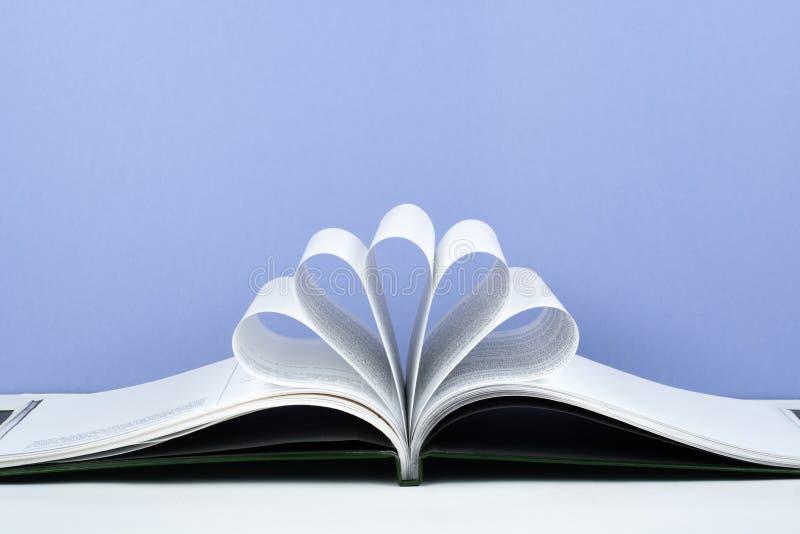 Het oude open boek met harde kaftboek, pagina verfraait in een bloemvorm voor liefde in Valentine ` s liefde met open boekhart royalty-vrije stock afbeelding