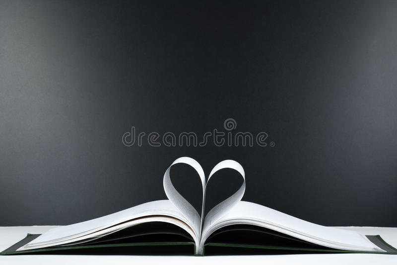 Het oude open boek met harde kaftboek, pagina verfraait in een hartvorm voor liefde in Valentine ` s liefde met open boekhart stock afbeeldingen