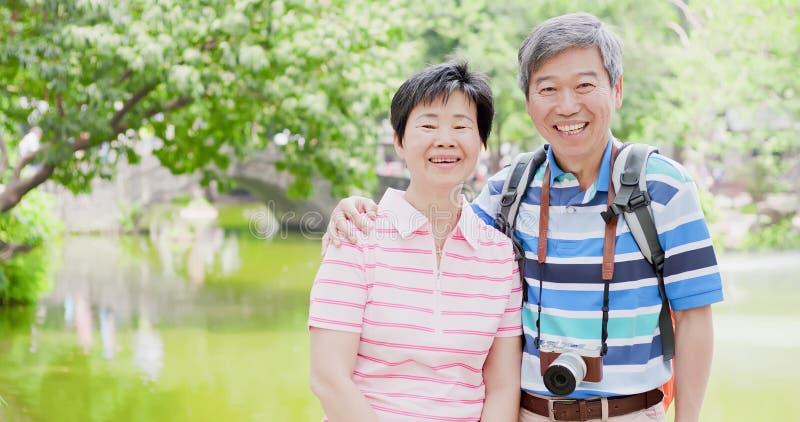 Het oude paar gaat reis stock foto's