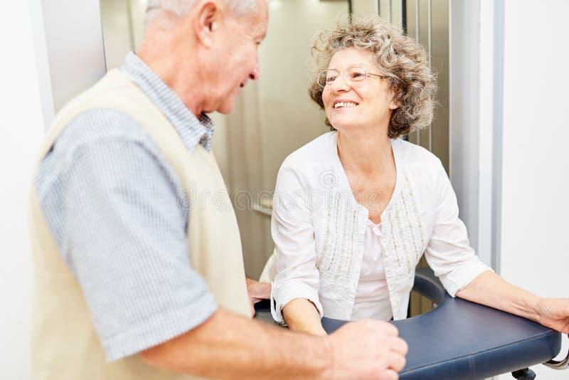 Het oude paar in het pensioneringshuis steunt elkaar stock afbeelding