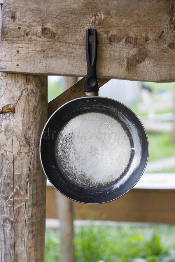 Het oude pan hangen op houten Dwarsligger royalty-vrije stock foto's