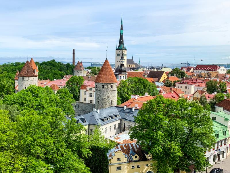 Het oude panorama van Tallinn, Estland de zomer hemel stock afbeeldingen