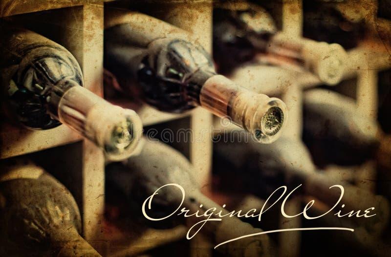 Het oude rek van de foto stoffige wijn. Van letters voorziende Originele wijn stock afbeelding
