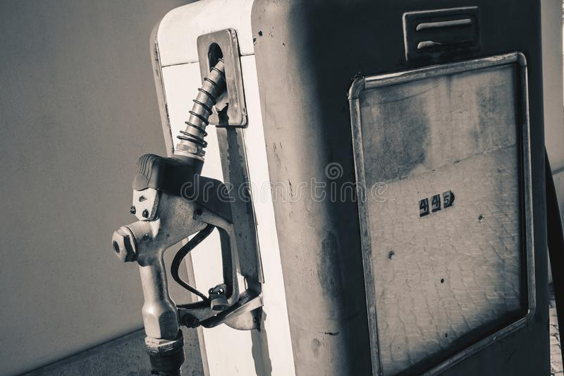 Het oude retro uitstekende detail van de benzinebenzinepomp stock fotografie