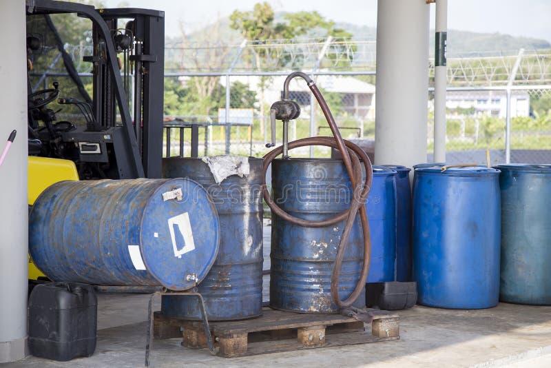 Het oude roestige vat van de olietrommel stock foto's