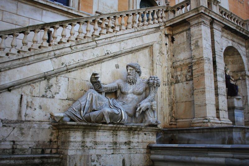 Het oude Roman standbeeld die van die een oude en wijze riviergod, de Rivier Nijl vertegenwoordigen op de Capitoline-Heuvel wordt royalty-vrije stock fotografie