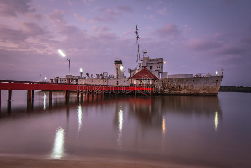 Het oude schip, Chanthaburi, Thailand, in het gloaming stock foto