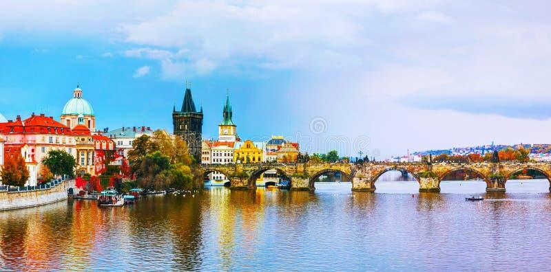 Het Oude Stadspanorama met Charles-brug in Praag stock foto's