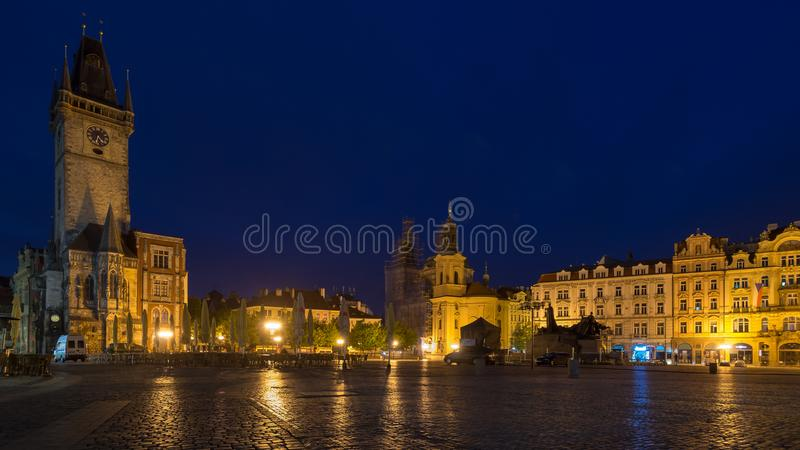 Het Oude Stadsvierkant van Praag tijdens vóór dageraad: Tsjechische republi stock foto