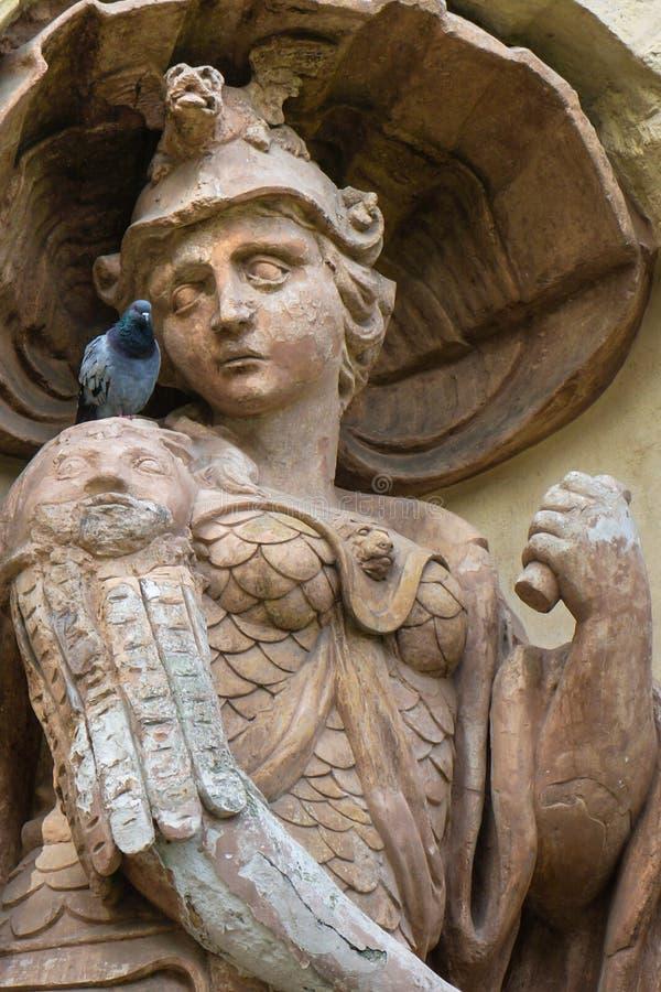Het oude standbeeld bekijkt de duif royalty-vrije stock foto's
