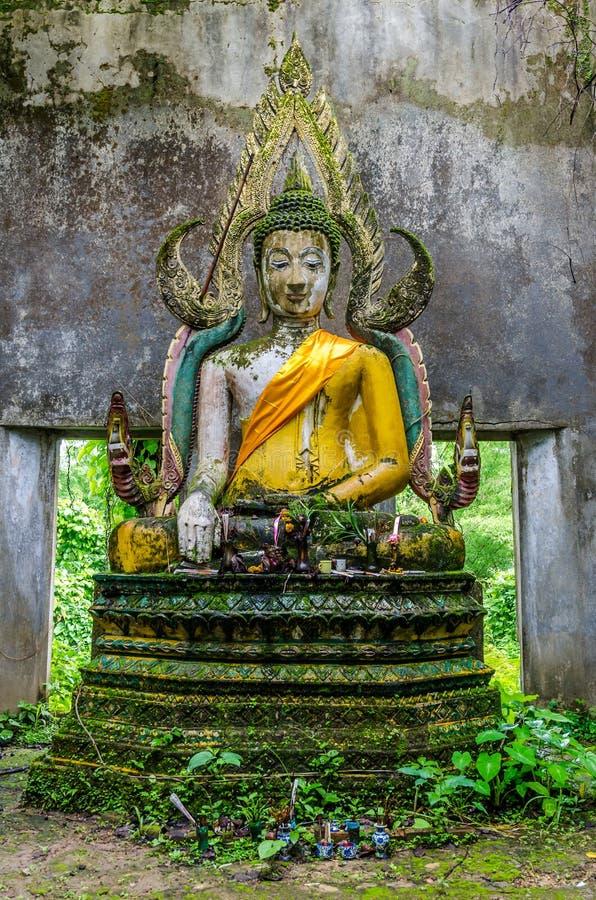 Het oude standbeeld van Boedha in somdejtempel, Sangkhla Buri royalty-vrije stock afbeelding