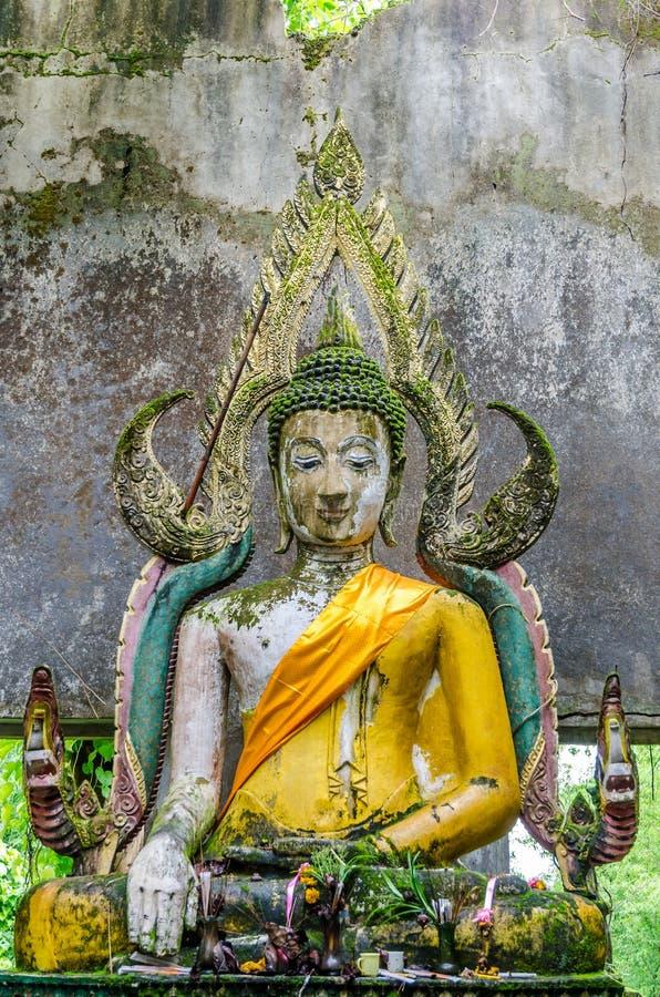 Het oude standbeeld van Boedha in somdejtempel, Sangkhla Buri stock afbeelding