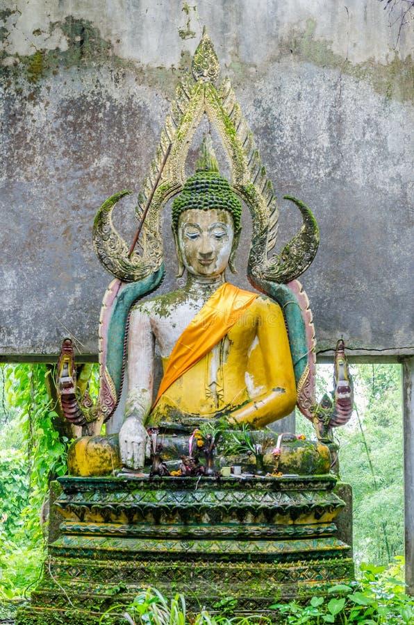 Het oude standbeeld van Boedha in somdejtempel, Sangkhla Buri royalty-vrije stock afbeeldingen