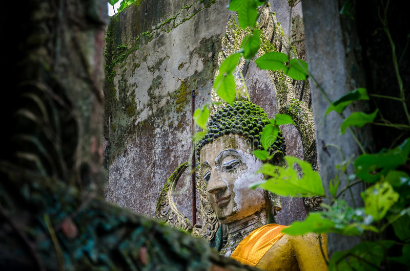 Het oude standbeeld van Boedha in somdejtempel, Sangkhla Buri stock fotografie