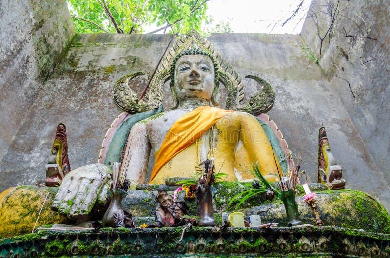 Het oude standbeeld van Boedha in somdejtempel, Sangkhla Buri stock foto