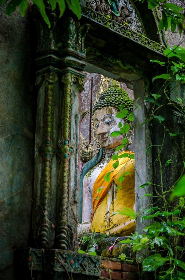 Het oude standbeeld van Boedha in somdejtempel, Sangkhla Buri stock foto's
