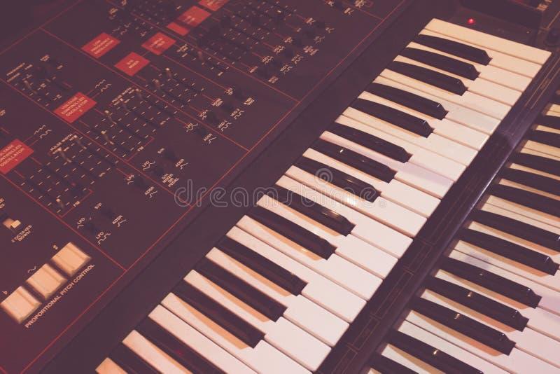 Het oude synthesizerinstrument voor produceert muziek royalty-vrije stock foto's