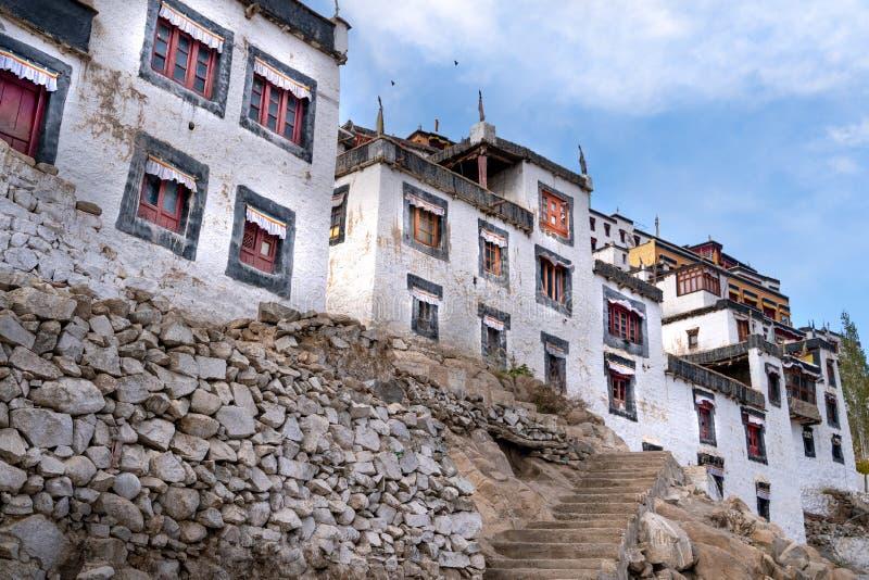 Het oude Thiksay-klooster in het kleine dorp van Theksey stock afbeeldingen