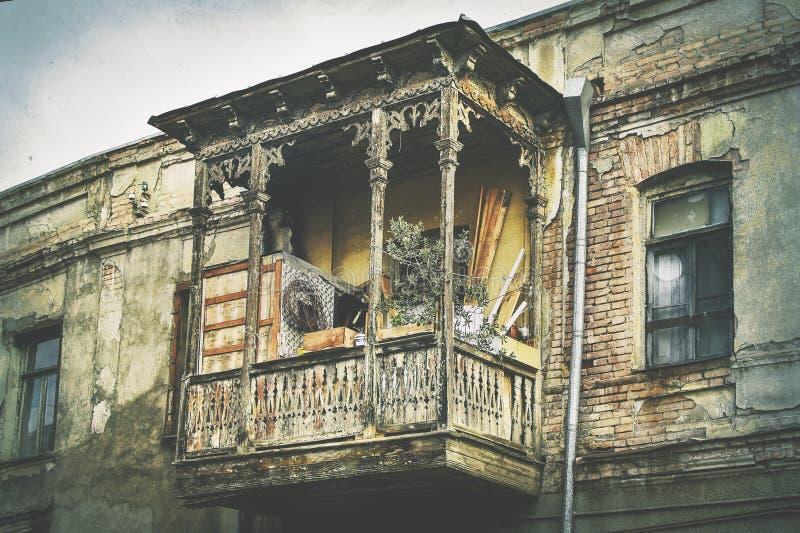 Het oude traditionele Georgische houten balkon van de stijlarchitectuur met gesneden decoratie in oude stad Tbilisi stock afbeelding
