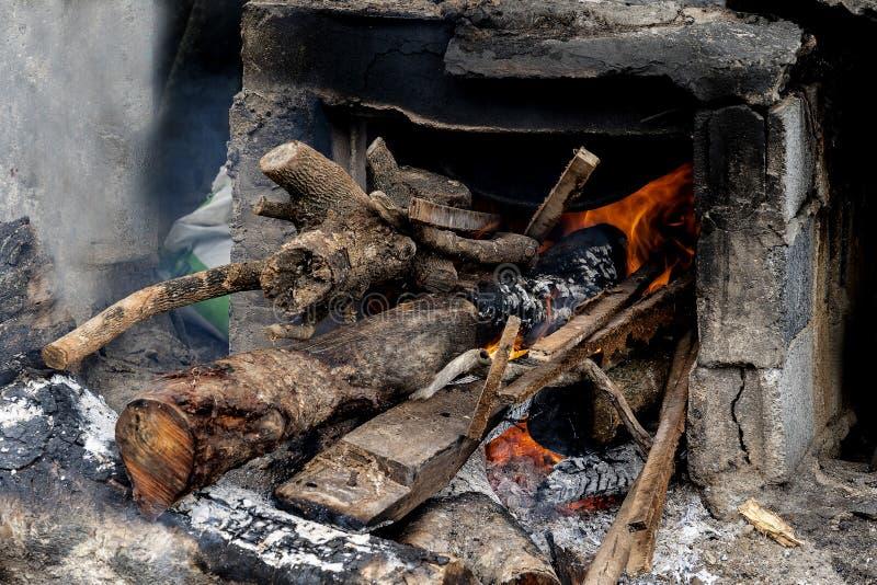 Het oude traditionele kokende fornuis van de dorpsbewoner stock afbeelding