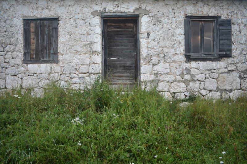 Het oude, traditionele, steenhuis, de houten deur en de vensters royalty-vrije stock foto