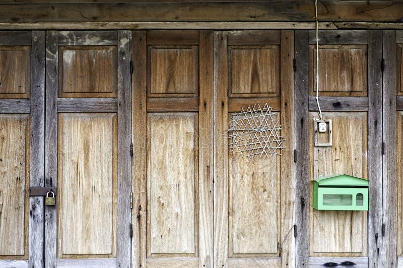Het oude traditionele Thaise vouwende houten ornament van het deurpaneel stock fotografie
