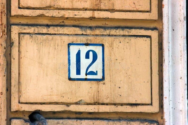 Het oude uitstekende blauwe metaal nummer 12 twaalf van het huisadres royalty-vrije stock afbeeldingen