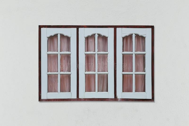 Het oude uitstekende houten venster op grijze muurachtergrond en heeft clippin stock fotografie