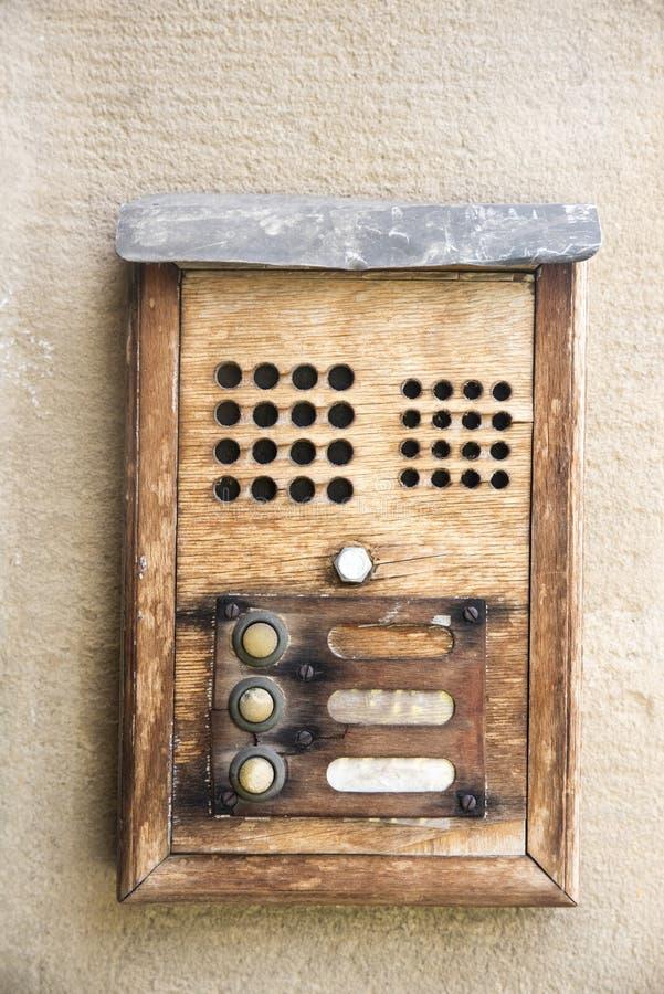 het oude uitstekende ijzer en het hout van de huisklok fron royalty-vrije stock fotografie