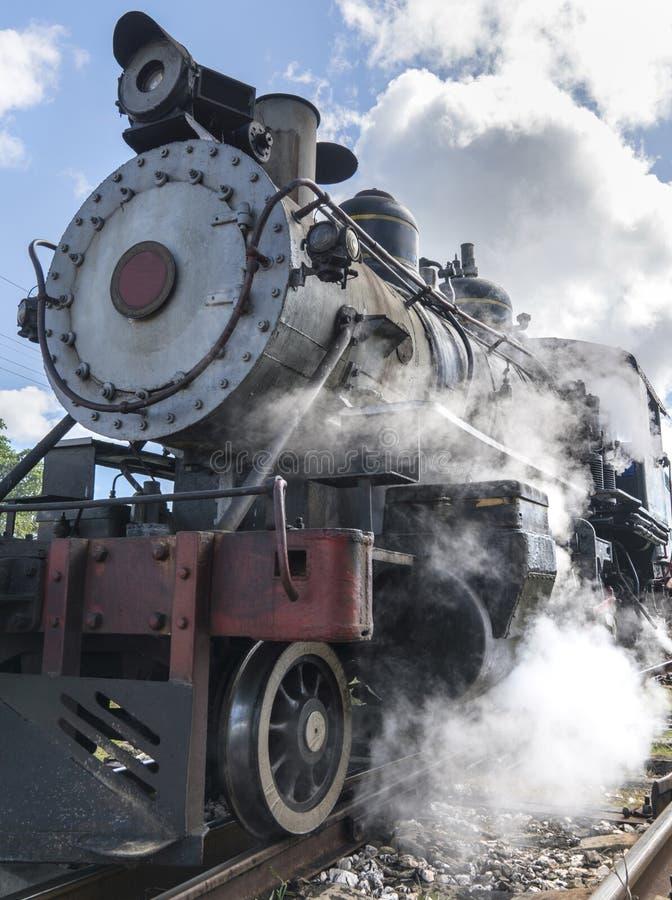 Het oude van de stoomlocomotief of spoorweg trein aankomen royalty-vrije stock fotografie