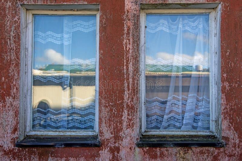 Het oude venster in wijnoogst ziet eruit royalty-vrije stock afbeelding