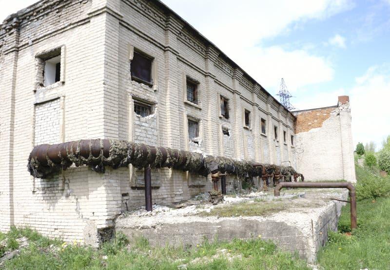 Het oude verlaten huis van de fabriekshuisvesting stock fotografie
