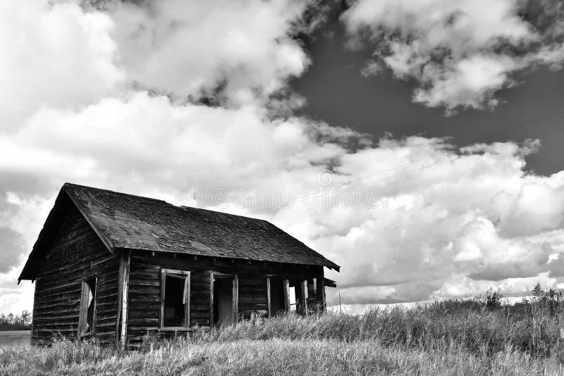 Het oude Verlaten Huis van het Landbouwbedrijf stock afbeelding