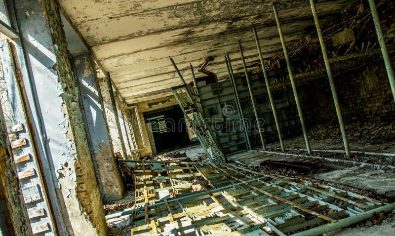 Het oude verlaten ziekenhuis in de stad van Pripyat, de Oekra?ne Gevolgen van een kernexplosie bij de de kernenergieinstallatie v stock fotografie