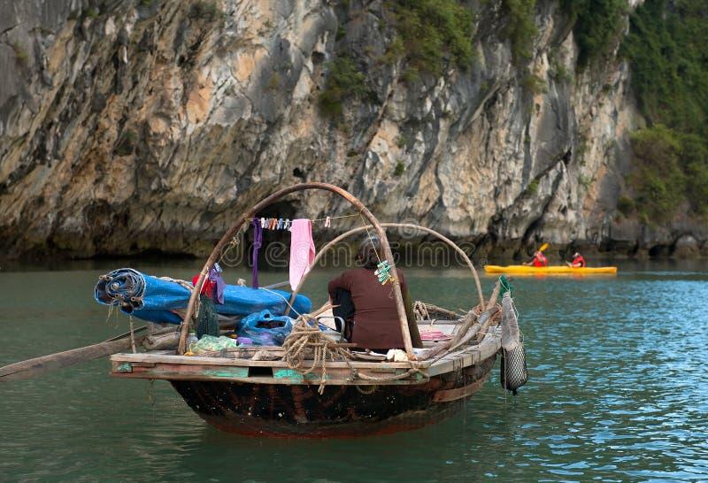 Het oude Vietnamese vrouw roeien stock fotografie