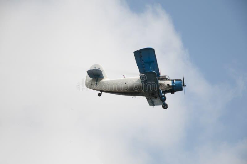 Het oude vliegtuig vliegen stock afbeelding