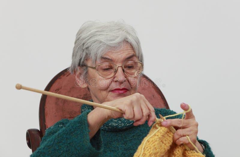 Het oude vrouw breien royalty-vrije stock foto
