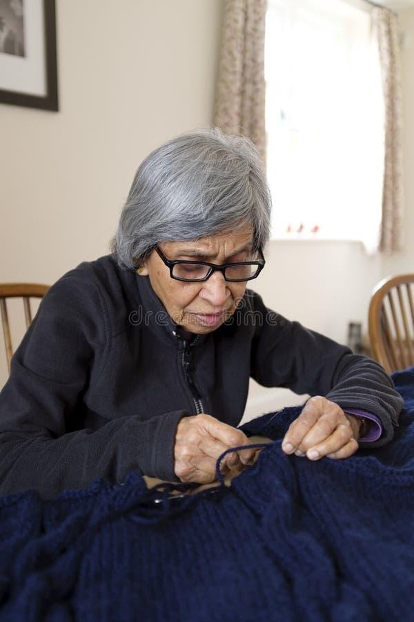 Het oude vrouw breien royalty-vrije stock afbeeldingen