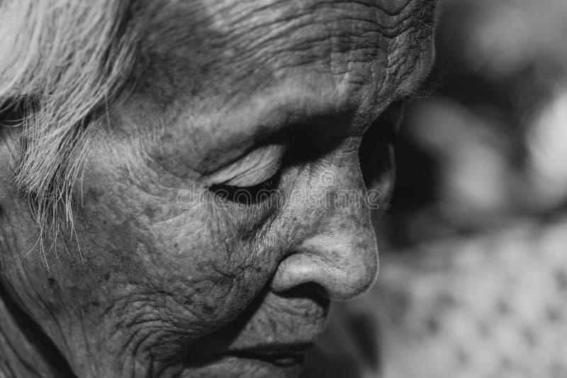 Het oude vrouw ` s eenzaam felling , zij de hogere vrouw van ` s in familie en de bejaarden stock afbeeldingen