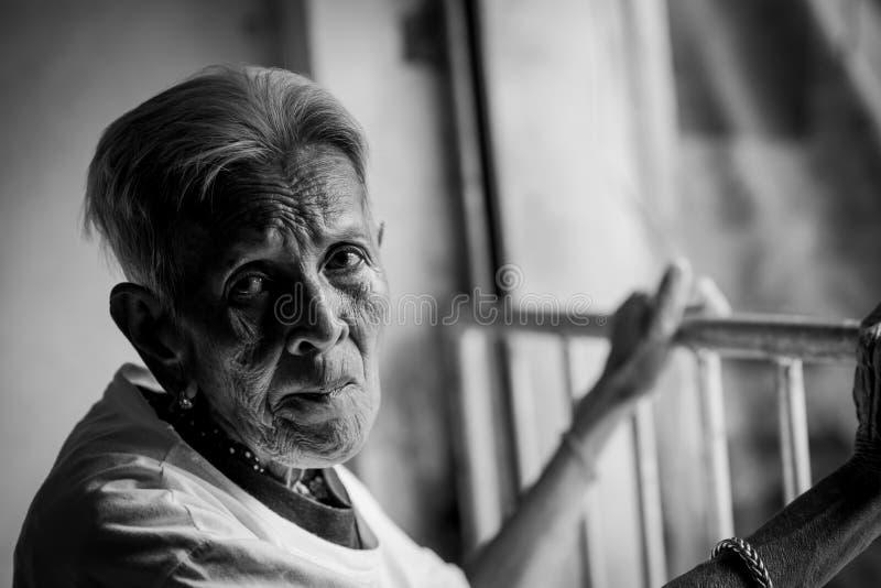 Het oude vrouw ` s eenzaam felling , zij de hogere vrouw van ` s in familie en de bejaarden stock foto's