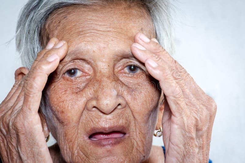 Het oude vrouw ` s eenzaam felling zwakzinnigheid en Alzheimer's-ziekte stock foto