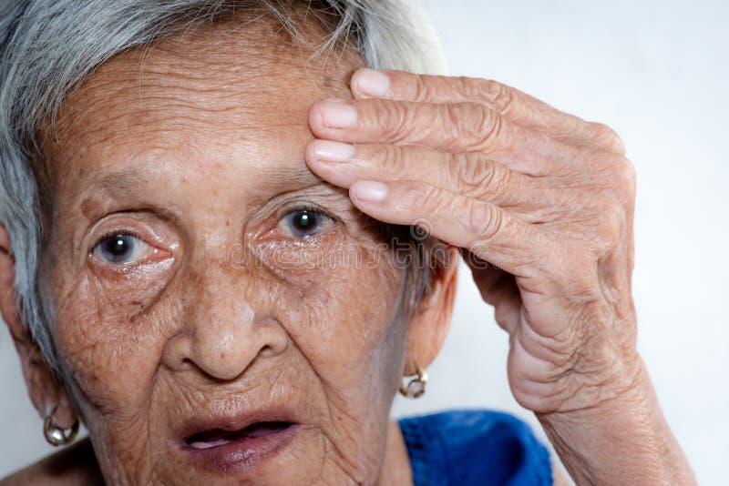 Het oude vrouw ` s eenzaam felling zwakzinnigheid en Alzheimer?s-ziekte royalty-vrije stock foto's