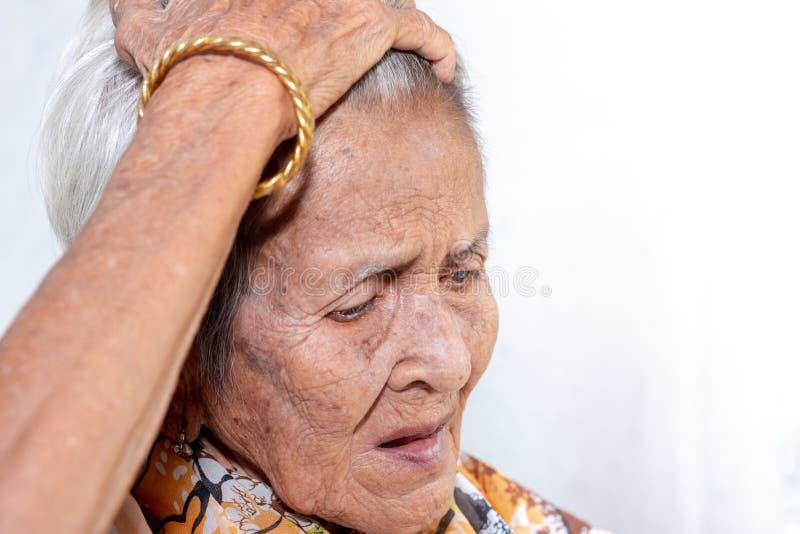 Het oude vrouw ` s eenzaam felling zwakzinnigheid en Alzheimer's-ziekte stock afbeelding