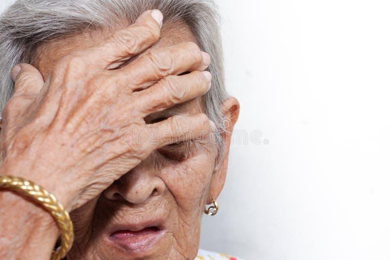 Het oude vrouw ` s eenzaam felling zwakzinnigheid en Alzheimer's-ziekte royalty-vrije stock foto's