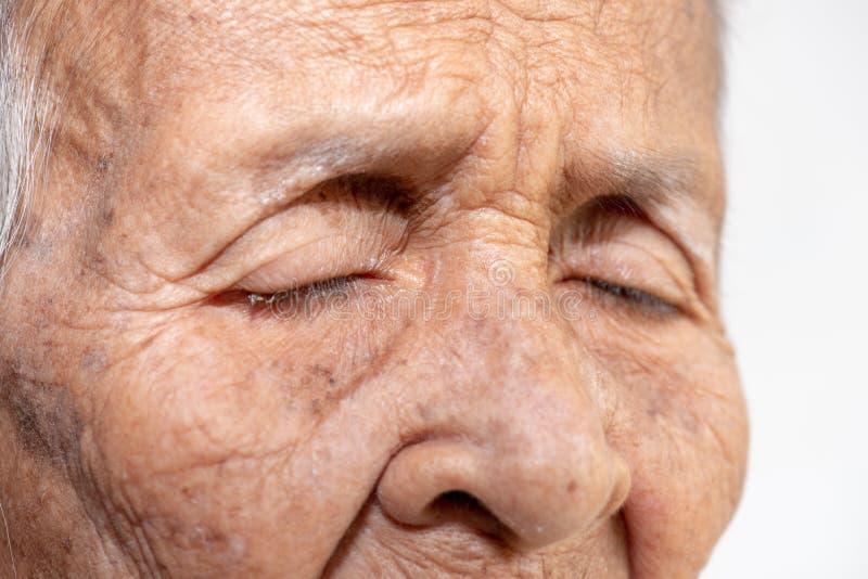 Het oude vrouw ` s eenzaam felling zwakzinnigheid en Alzheimer?s-ziekte royalty-vrije stock foto