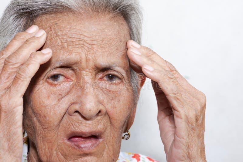 Het oude vrouw ` s eenzaam felling zwakzinnigheid en de ziekte van Alzheimer stock foto's