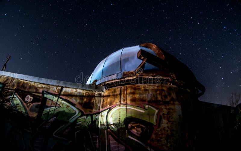 Het oude Waarnemingscentrum onder de sterrige hemel stock foto's