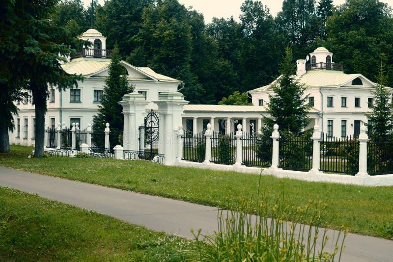 Het oude witte kasteel in Rusland stock afbeelding