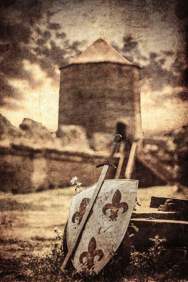 Het oude zwaard en het schild op de kasteelachtergrond royalty-vrije stock foto
